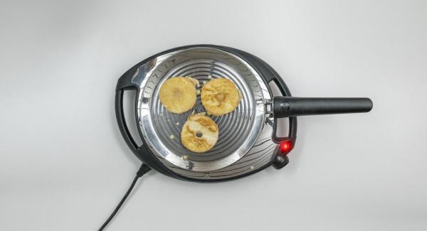 Colocar aprox. 3 aros de manzana en la oPan y asar hasta que quede crujiente por ambos lados. Continuar con los aros de manzana restantes.