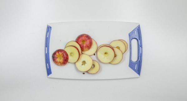 Sacar el corazón de 3 manzanas, cortarlas en aros de 0,5 cm de grosor. Espolvorear con harina y voltear la masa.