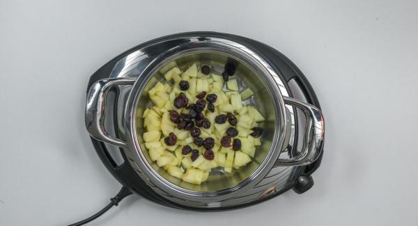 Pelar las manzanas, cortarlas en cuatro tozos, quitarles las semillas y cortarlas a dados. Introducirlas en una olla sin escurrir y añadir los arándanos.