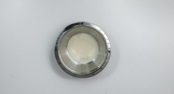 Mezclar el polvo para la crema de vainilla según las instrucciones del paquete, pero sólo con la cantidad de leche indicada en la receta.