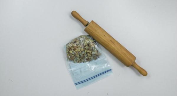 Colocar los carquiñoles en una bolsa de plástico y machacarlos con un rodillo.