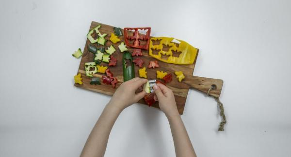 Limpiar las verduras y cortarlas en forma de animales, flores o mariposas con moldes para galletas.