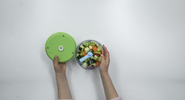 Picar finamente el resto de verduras con el Quick Cut. Pelar y picar la cebolla y el ajo.