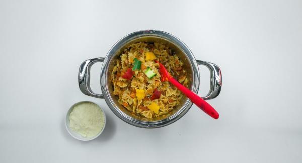 Quitar la Tapa Rápida (Secuquick Softline), añadir aceite de oliva y vinagre balsámico, sazonar con sal y pimienta, y servir con parmesano.
