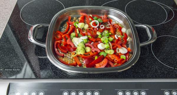 Echar los pimientos y las cebollas tiernas en el griddle Arondo, sin escurrir, y calentar a temperatura máxima hasta la ventana de verduras. Cocer a baja temperatura durante unos 5 minutos. Quitar las hojas del cilantro y picarlas