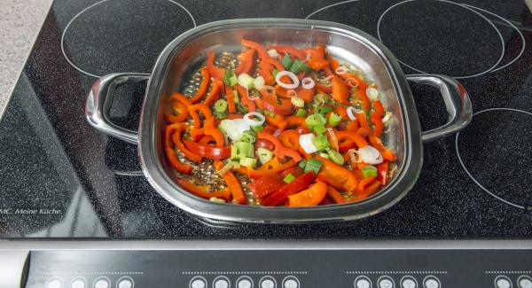 Volver a incorporar las gambas y la piña, calentarlo todo de nuevo, sazonarlo con la salsa de soja.