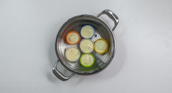 Engrasar seis moldes de muffin y rellenar la mitad con la pasta de ricotta. Cortar el salmón en seis cubos, dividir en los moldes y añadir la masa restante. Colocar en el Accesorio Súper-Vapor.