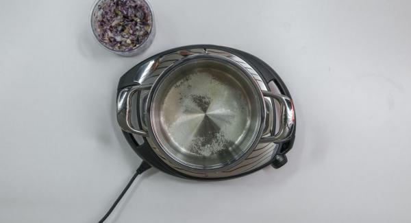 Pelar las cebollas, el ajo, el jengibre y picar en Quick Cut. Añadir el azúcar, el vinagre y el agua a la olla y mezclar.