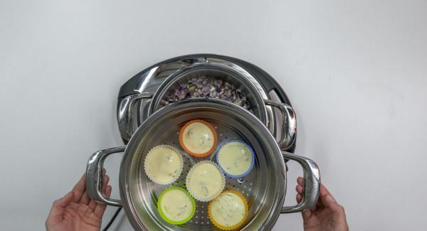 Colocar el Accesorio Súper-Vapor sobre la olla yTapar con la Tapa Súper-Vapor (EasyQuick) con el aro de sellado de 24 cm.