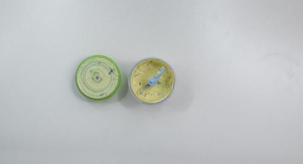 Picar la ricotta con las hojas de albahaca, el huevo, la yema de huevo, la sal y la pimienta con el Quick Cut.