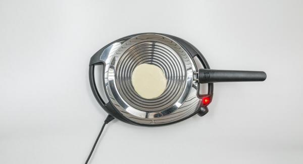 A continuación, reducir a baja temperatura,añadir una porción de la masa a la oPan y esparcirla uniformemente ladeando la oPan.