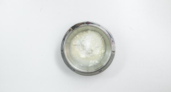 Mezclar todos los ingredientes hasta lograr una masa esponjosa y dejarla reposar durante 30 minutos en la nevera.