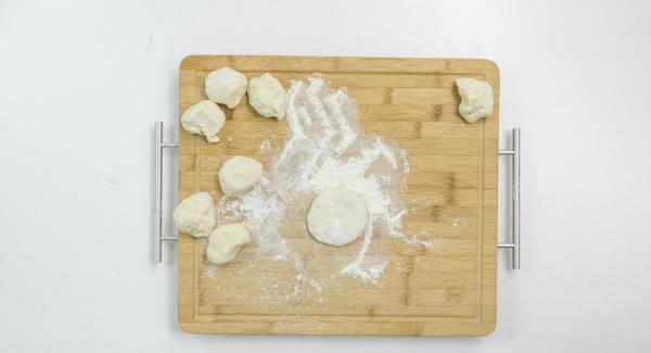 Dividir la masa en 8 partes y estirarlas con rodillo hasta que queden finas.
