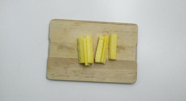 Cortar la piña en 6 tiras y esparcir azúcar glasé por encima. Pinchar las tiras con brochetas de madera.