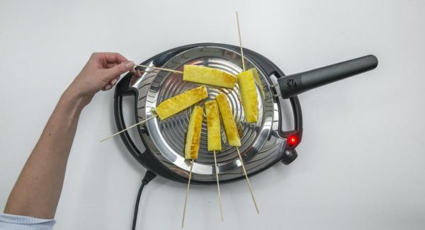 Bajar la baja temperatura (nivel 2), introducir la piña en la oPan y asar por ambos lados, en función del grado de cocción deseado.