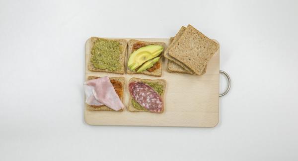 Hacer una capa de los ingredientes deseados encima de la mitad del pan y cubrir con la otra mitad.