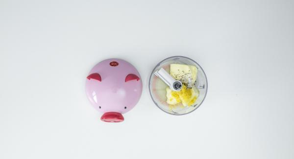 Lavar el limón con agua caliente, rallar la piel y exprimir el jugo. Mezclarlo todo con la mantequilla y con sal y pimienta en el Quick Cut hasta que adquiera una consistencia cremosa. Dejar enfriar la mantequilla hasta el momento de servir.