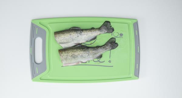 Secar bien el pescado dándole golpecitos y quitarle la cabeza y la cola. Sazonar el pescado y rellenarlo al gusto.