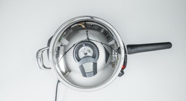 """Cuando el Avisador (Audiotherm) emita un pitido al llegar a la ventana de """"chuleta"""", bajar temperatura de Navigenio (nivel 2) e introducir el pescado. Tapar y, utilizando el Avisador (Audiotherm), asar por un lado hasta alcanzar el punto de dar la vuelta a los 90 °C."""
