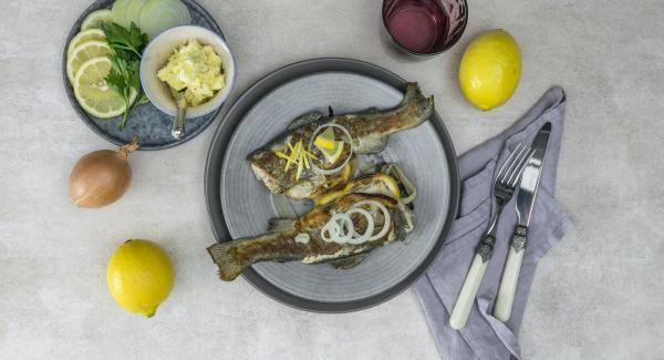 Servir el pescado junto con la mantequilla de limón una vez enfriada.
