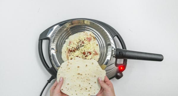 Cubra una torta con la guarnición deseada y cúbrala con una segunda torta o cómala tal cual.