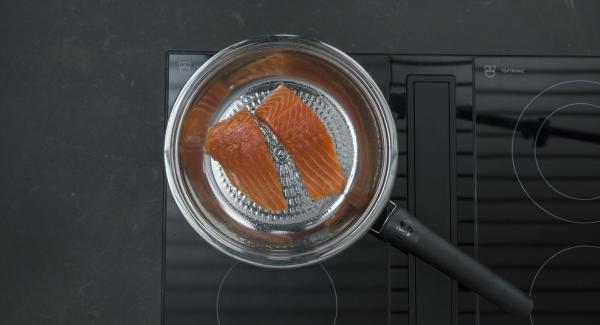"""Cuando el Avisador (Audiotherm) emita un pitido al llegar a la ventana de """"chuleta"""", bajar la temperatura. Introducir los filetes de salmón en la Sartén y tapar."""