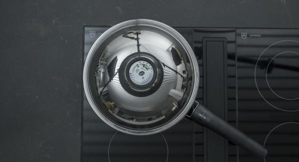 Con el Avisador (Audiotherm), asar el primer lado hasta alcanzar el punto de dar la vuelta a los 90 °C. Dar la vuelta al salmón, volver a tapar y, dependiendo del grosor, dejarlo reposar unos 3 minutos con el fuego apagado.