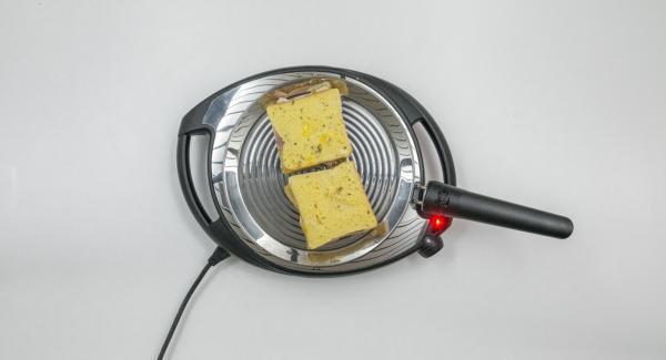 A continuación, reducir el Navigenio a baja temperatura (nivel 2) e introducir el pan en la oPan. En cuanto el pan se ablande, darle la vuelta y asar por el otro lado.