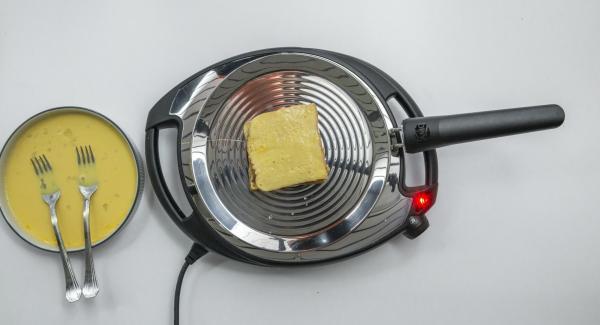 A continuación, reducir el Navigenio a baja temperatura (nivel 2)e introducir el pan en la oPan. En cuanto el pan se ablande, darle la vuelta y asar por el otro lado
