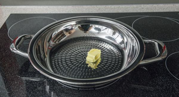 Introducir la mantequilla en la paellera y colocarla en el fuego a temperatura máxima. Cuando las tortas de mantequilla empiecen a derretirse, distribuir en la paellera girándola y colocar las hamburguesas de patata.