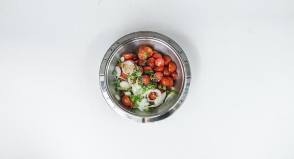 Limpiar y cortar los tomates cherry en mitades o cuartos. Limpiar la cebolla tierna y cortar en anillos finos. Mezclar el tomate y la cebolla con el aceite y el vinagre balsámico. Sazonar con sal y pimienta.