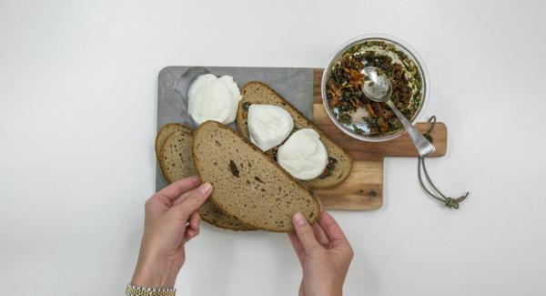 Cortar la mozzarella de búfala en lonchas de aproximadamente 1 cm de grosor. Colocar la mezcla de aceitunas. Cubrir con el resto de rebanadas de pan.