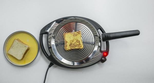 A continuación, reducir a baja temperatura (nivel 2)e introducir el pan en la oPan. En cuanto el pan se ablande, darle la vuelta y asar por el otro lado.