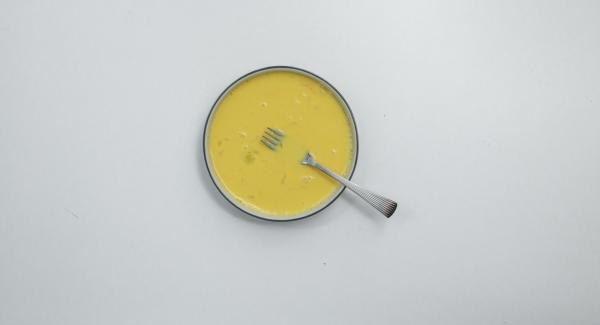 Batir los huevos junto con la leche. Bañar el pan en la mezcla de huevos y leche.