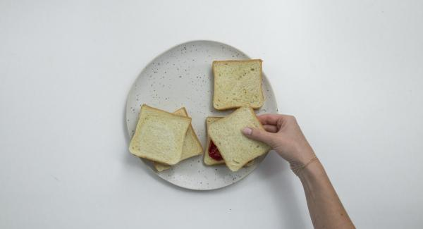 Untar media rebanada con mermelada de ciruela y cubrir con la otra mitad.