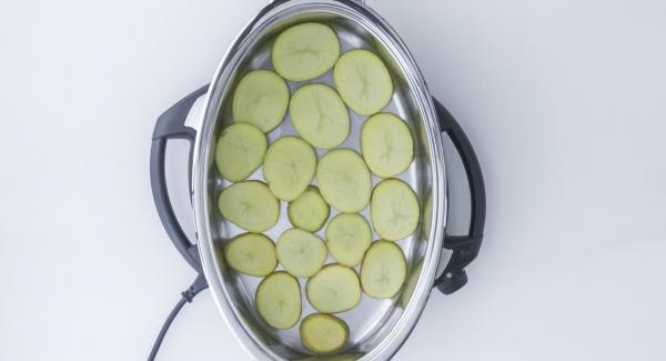 Colocar en el fondo de la Oval una capa de patatas.