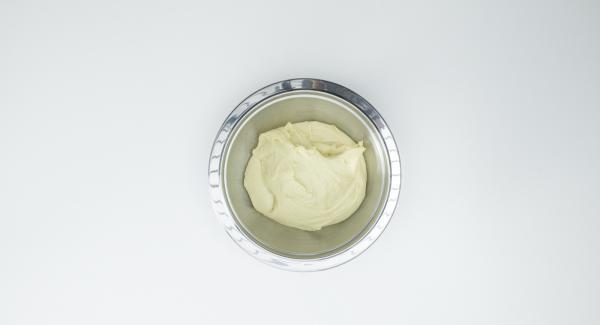 Amasar la harina con la levadura, la leche, el azúcar, la sal, la mantequilla, un huevo y una yema de huevo hasta lograr una consistencia suave. Cubrir y dejar reposar unos 30 minutos en un lugar cálido.