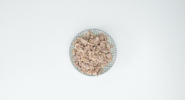 Cortar el atún con un tenedor, cortar el tomate a pequeños trozos y trocear el perejil. Mezclarlo todo y sazonarlo con sal y pimienta.