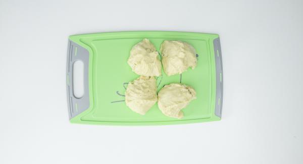 Cortar la masa en cuatro piezas, estirarla con la mano hasta que quede plana y rellenar cada una con aproximadamente dos cucharadas soperas de la mezcla de atún. Cerrar la masa sobre el relleno y enrollar hasta formar bolas.