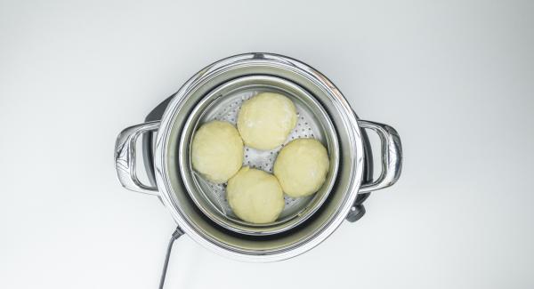 Untar la Softiera de 24 cm con mantequilla e introducir las bolas rellenas.