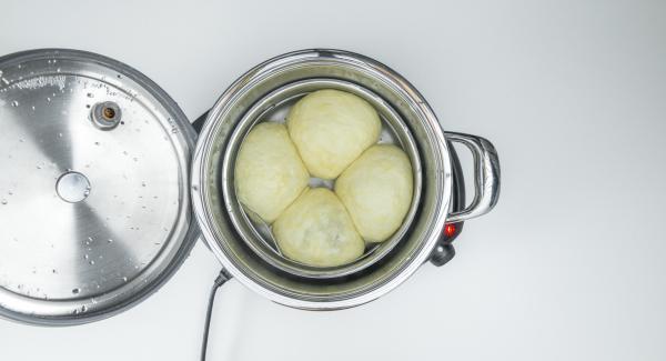 Al finalizar el tiempo de cocción, retirar la Tapa Súper-Vapor (EasyQuick), extraer la Softiera y partir las bolas por la mitad. Emplatarlas con la salsa de yogur.