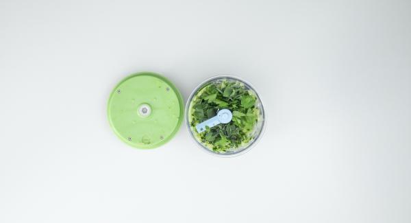 Para el acompañamiento, lavar el pepino. Cortarlo a trozos de unos 4 cm y trocearlo con el Quick Cut. Quitar las hojas de las hierbas, añadirlas y volver a picarlo todo. Agregar el yogur y sazonar con sal y pimienta.