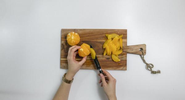 Cortar las naranjas en rodajas, quitarles la piel exterior y la blanca. Con un cuchillo afilado, cortar las rodajas de naranja desde la parte interior. Reservar el jugo.