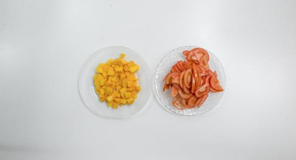 Lavar los tomates, partirlos por la mitad en función de su tamaño y cortarlos a trozos. Lavar las nectarinas, quitarles las pepitas y cortarlas en lonchas.
