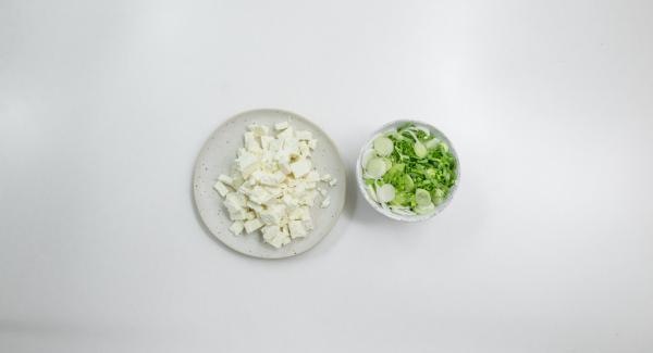 Lavar las cebolletas, cortarlas en aros finos y trocear el queso de oveja.