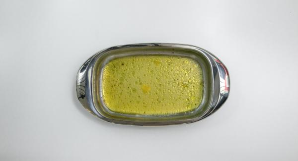 Mezclar el zumo de naranja, el vinagre y el aceite con sal y pimienta para hacer una marinada.