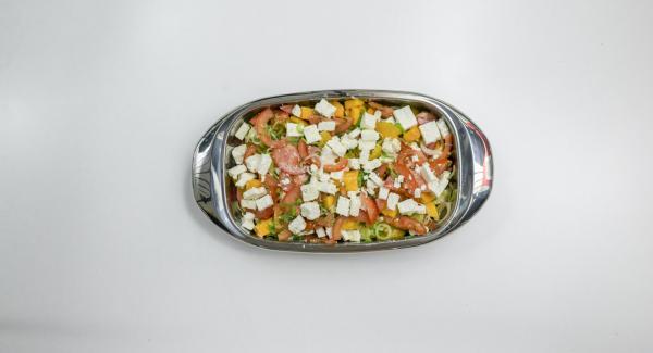 Mezclar las hortalizas y la fruta para la ensalada en la Lasagnera, esparcir el queso de oveja por encima y verter la marinada.