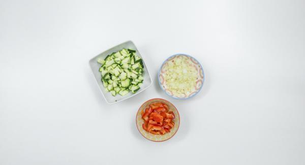 """Limpiar los calabacines, los pimientos y la cebolla, cortados en dados muy finos. Introducir la cebolla en una olla pequeña y colocarla en el Navigenio. Ajustar el Navigenio a temperatura máxima (nivel 6) y calentar la olla hasta la ventana de """"chuleta"""" con el Avisador (Audiotherm)."""