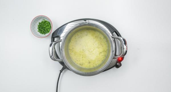 Añadir la mantequilla y derretir. Espolvorear en la harina y saltear ligeramente, añadir poco a poco el caldo y la leche. Dejar cocer a fuego lento durante unos minutos.