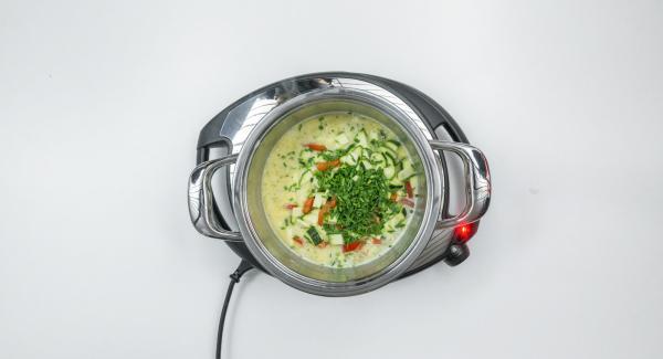 Agregar la mitad del queso, condimentar al gusto con sal, pimienta y nuez moscada. Picar finamente el ajo o el cebollino y añadir con las verduras picadas.